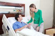 9886920-Mujer-joven-en-una-visita-a-la-paciente-en-el-hospital-Foto-de-archivo